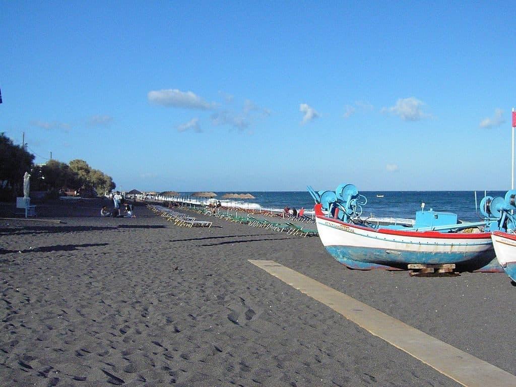 santorini-perissa-beach